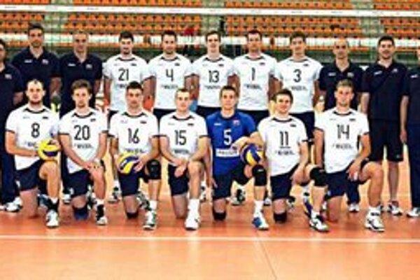 Reprezentanti EL 2012. Peter Kašper (č. 21), Miroslav Jakubov (č. 8), Milan Javorčík (č. 20). V hornom rade druhý sprava Slavomír Huba.