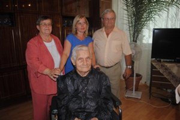 Storočná jubilantka Alžbeta Šepeľaková. S dcérou Martou, zaťom Milanom a vnučkou Monikou.