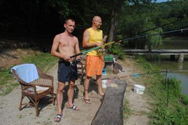 Brestovské rybníky. Občas si tu zarybárči aj Peter Hriseňko (vľavo).