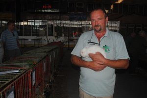 František Ondarko. Na snímke s červenookým hermelínom. Jeho chovateľom je Dušan Rada zo Závadky.