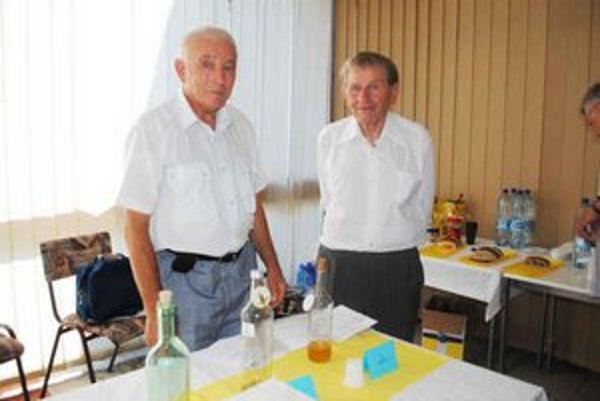 Včelári Andrej Fedkov (vľavo) a Michal Dutko.