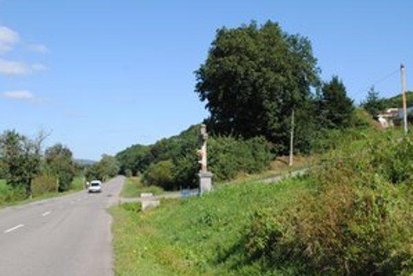 V okolí odbočky na osadu za Zbudským Dlhým je na ceste často veľa chodcov, zvlášť detí.