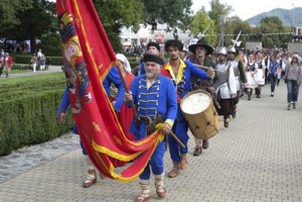Historický sprievod mestom Humenné počas sobotňajšieho programu Pamätných dní mesta.
