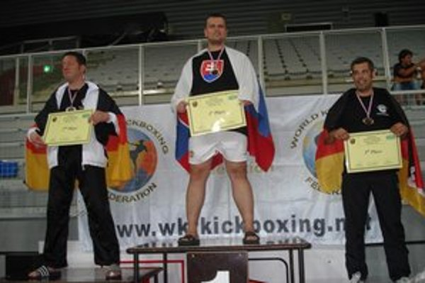 Dávid Moškovič na zlatom stupni majstra sveta v semi kontakte jednotlivcov (nad 91 kg).