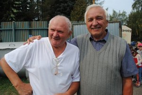 Zberateľ Marián Haľko na snímke s priateľom Štefanom Letkom.