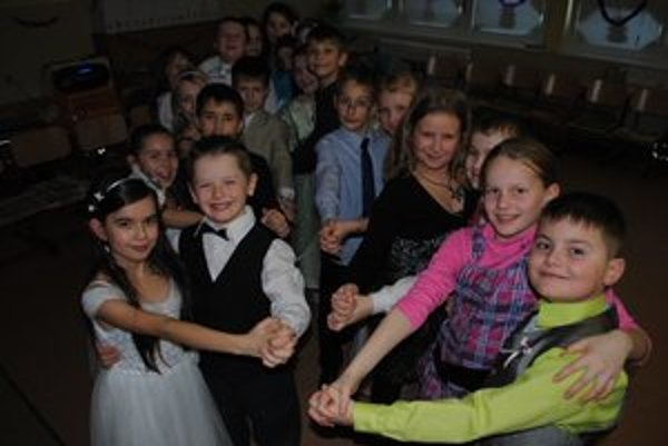 Žiaci zo ZŠ Dargovských hrdinov. Ako tancovať a vhodne sa správať si vyskúšali na triednom plese.