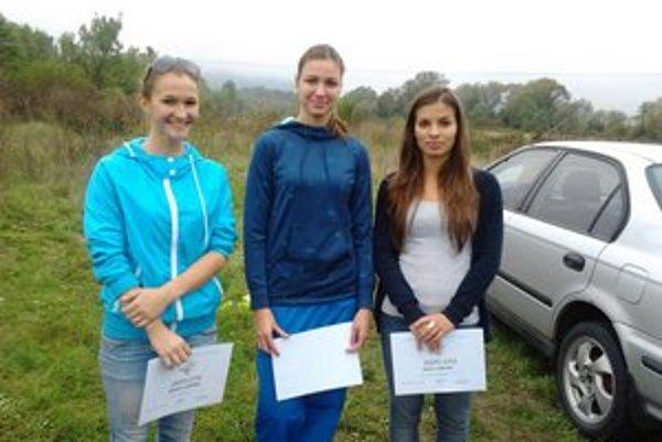 Najrýchlejšie stredoškoláčky. Zľava Jevčáková, Štefanová a Kačerová.
