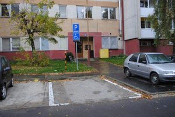 Parkovacie miesto. Petrovi Naňovi mesto Snina vyhovelo a miesto mu zriadilo. Podmienkou bolo zaplatenie nákladov na realizáciu.