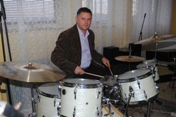 Peter Bugyi. Bubeník a gitarista, majiteľ zbierky hudobných nástrojov.