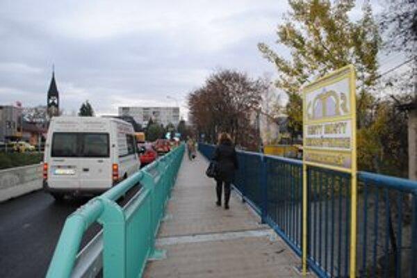 Nová časť. Pravá strana mosta, na ktorej vlani nastala havarijná situácia. Vedie ňou premávka, chodia po nej aj chodci.