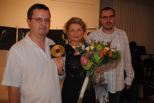 Bohuš Tabák (vľavo), Daniela Kapráľová a Peter Hollý. Spojilo ich fotografovanie dediny.