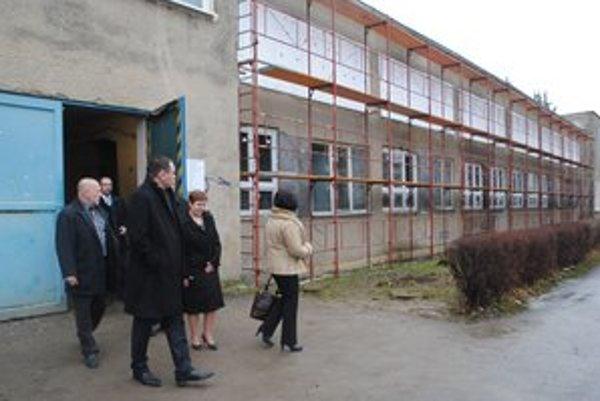 Peter Chudík. Spolu s vedením školy a poslancami PSK za okres Snina si prezerá prestavbu dielní SPŠ na školskú jedáleň.