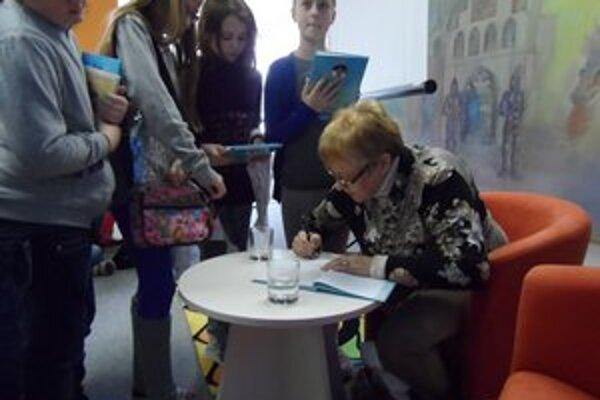 Ružena Anďalová medzi svojimi čitateľmi v humenskej knižnici.