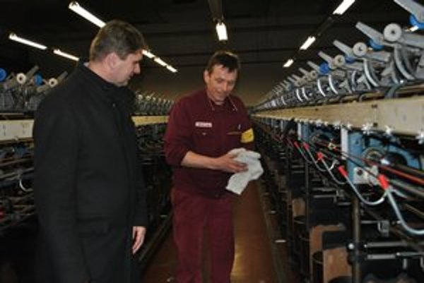 Prípravy. Štefan Borc (vľavo) pri kontrole strojov pred spustením výroby.