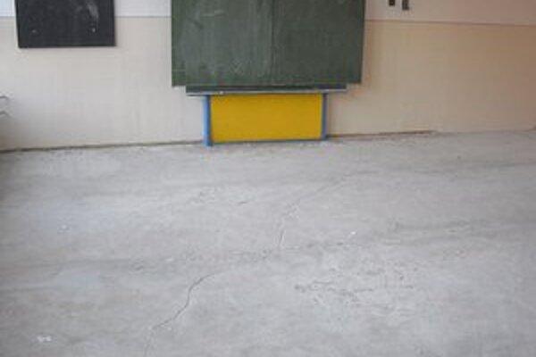 Bez podlahy. Deti sa v miestnosti pre školský klub zdržiavať nemôžu.