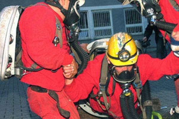 Banskí záchranári sa zúčastňujú na súťažiach.