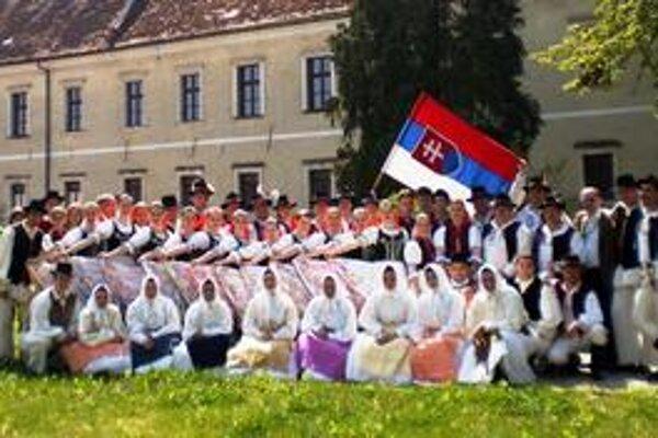 Zemplínske kroje, pesničky a tance boli na medzinárodnom folklórnom festivale zlatým klincom programu. FS Chemlon chcú organizátori ďalších festivalov v zahraničí.
