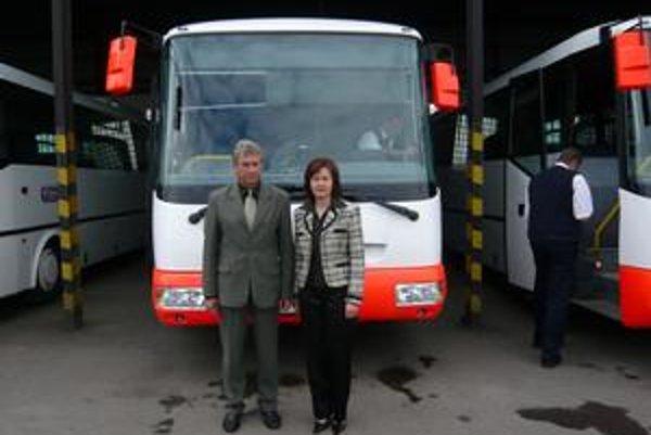 Aj k nám. Mária Drozdová, riaditeľka odštepného závodu SAD v Humennom, a Albert Dzemjan, člen predstavenstva SAD Humenné hovorili o šiestich autobusoch na linkách v okresoch Humenné, Snina a Medzilaborce.
