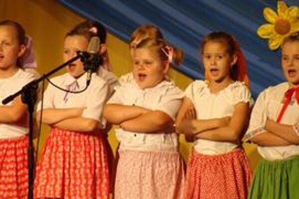 Hravosť. Dala sa vyčítať na tvárach malých spevákov.