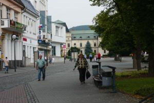 """Humenská samospráva. Podľa jej predstaviteľov je zatiaľ mesto mimo vážneho finančného ohrozenia. Aj napriek najväčšej opatrnosti je však možné, že sa bude """"obzerať"""" po 614 204 eur."""