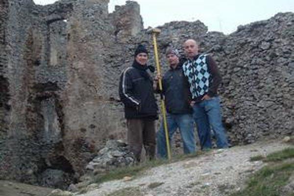 Geodeti na hrade. Brekovskému hradu venujú dobrovoľníci zvýšenú pozornosť. Prítomnosť geodetov na hrade je doslova historická.