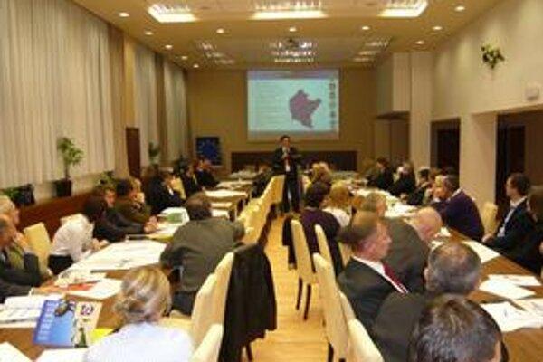 Účastníci. Konferenciou odštartovala realizácia medzinárodného projektu Sieť miest Karpatského euroregiónu.