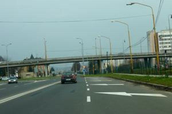 Prednosť. V týchto miestach, kde sa dva pruhy spájajú do jedného, ju majú vodiči v ľavom jazdnom pruhu. Zipsová jazda - striedavé riadenie tu neplatí.