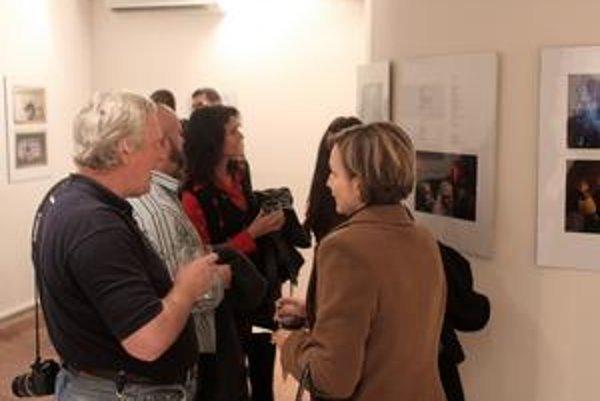 Fotograf Ľubo Marko a poetka Martina Miľovčíková v kruhu priateľov rozoberali obsah vystavovaných diel.