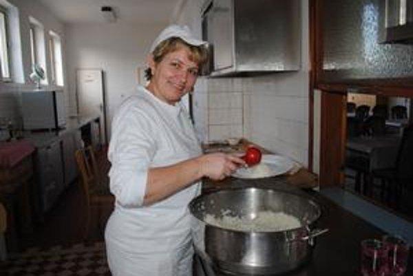 Späť vo svojom živle. Kuchárka Emília vyvárala roky žiačikom samé dobroty. Dnes varí klientom domova a aj škôlkarom z Rokytova. Viac ako dva a pol roka trápenia vystriedala radosť zo staronovej práce.
