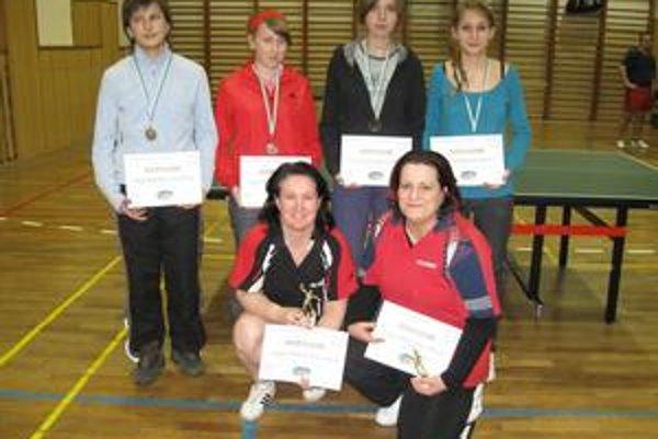 Štvorhra ženy. V podrepe víťazný pár Michaela Kobanová - Marcela Lopatová, v hornom rade bronzové (zľava) Chomaničová, Hrežíková, Drábová a Andrejčíková.