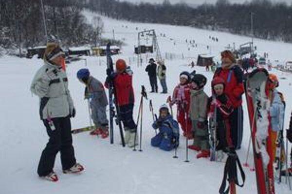 Abeceda. Školáci sa všetko o lyžovaní naučili za pár dní. Techniku si môžu zdokonaľovať už individuálne. Do jari je času dosť.