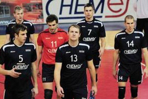 Víťazi. VK Chemes Humenné - zľava Mizerák (č. 5), Javorčík, Vajda (11), Jakubov (13), Hriňák (7) a Tomášik (14).