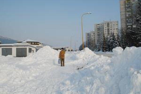 Všetci naraz. Ján Fink uviedol, že museli odpratať aj sneh spred súkromných garáží, lebo sa odtiaľto potrebovali dostať ľudia autami do práce. Paralelne prijímali rovnaké požiadavky z každého kúta mesta.