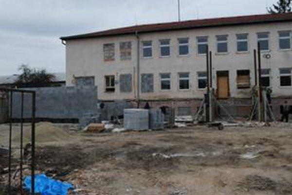 Obvodné. Budova na Sládkovičovej ulici prechádza rozsiahlou rekonštrukciou zvonku aj zvnútra. Na jar na budúci rok by tu už mali znovu sídliť policajti. Dovtedy sú na Chemlonskej.