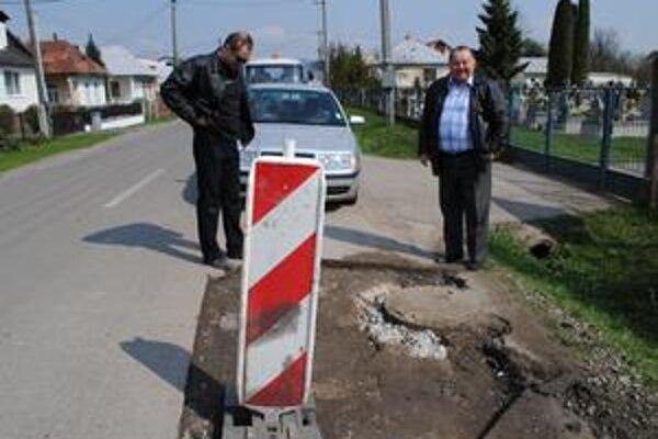 Vasiľ Guzan. Riaditeľa humenskej správy SÚC PSK (vpravo) sme v piatok zastihli na opravovanom úseku cesty v Jasenove.
