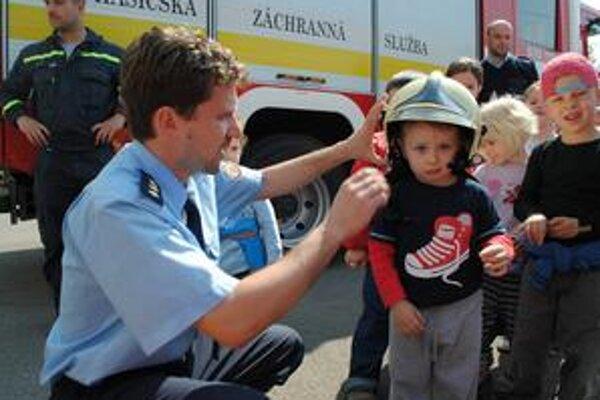 Páčilo sa. Deťom sa u hasičov páčilo. Na Filipkovi s touto prilbou, ktorý trval na tom, že sa volá Fijipko, sme mohli oči nechať.