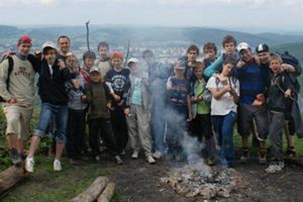 Víťazná skupinka na hrade Jasenov.