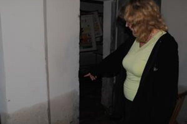 Na stenách v suteréne vidno, do akej výšky stúpala voda krátko po jej odčerpaní. Pracovnou obuvou riaditeľky Ľubice Burešovej boli hlavne gumáky.
