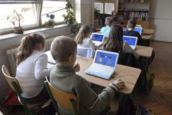 Moderné počítače. Vďaka projektu sa dostanú k žiakom školy.
