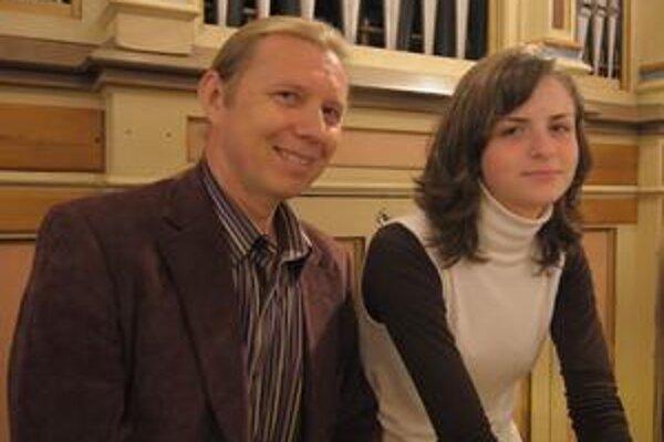 Úspešná dvojica. Učiteľ Peter Franko a Dominika Štofejová si priniesli z celoslovenskej organovej súťaže v Námestove najvyššie ocenenie.