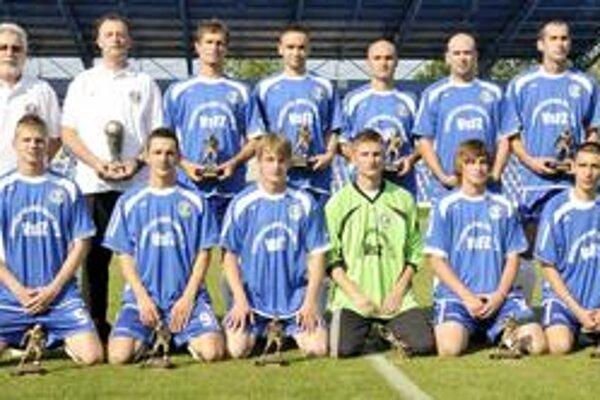 Jedenástka. Najlepší treťoligisti VsFZ 2009/2010. Jozef Lukáč v pokľaku úplne vľavo.