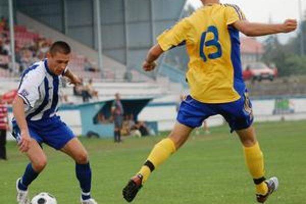 Hrajúci asistent. Russlan Ljubarskij (vľavo) má dvojitú funkciu.