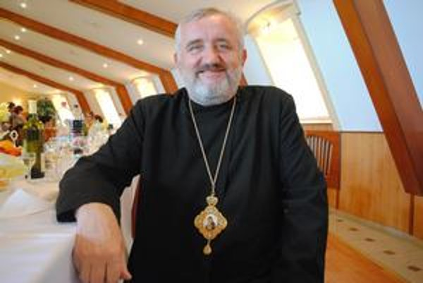 """Vladyka Peter Rusnák. Narodil sa pred 60 rokmi v Humennom. Ako vraví """"len idúcky"""". Rodinu presťahovali do Čiech v čase, keď mal necelý rok."""