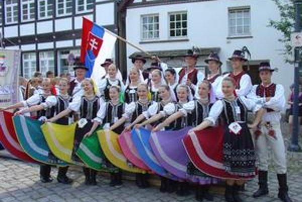 Členovia folklórneho súboru Chemlon.