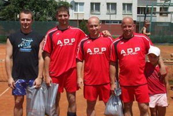 Víťazi. Na humenskom turnaji. Zľava Čabala, Gabák, Takaka a Vasilko s dcérou Laurou.