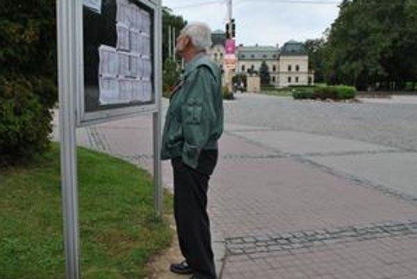 Zaujímavé čítanie. Humenčania takto študujú zoznamy neplatičov za hrobové miesta na humenskom cintoríne.