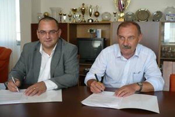 Podpis zmluvy. Zľava Peter Beck (BK Iskra Svit) a Jozef Babják (1. BK Humenné).