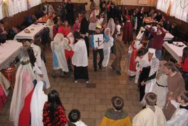 Karneval svätých. Deti ukázali nielen svoje vedomosti, ale nechýbala im ani fantázia. Predstavili sa v maskách Jána Krstiteľa, Mojžiša, Floriána či Faustíny.