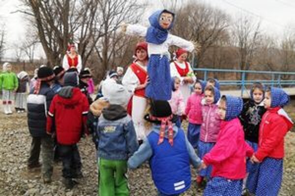 Pri Ciroche. Deti zopakovali tradičný rituál, známy ešte z predkresťanských čias.;