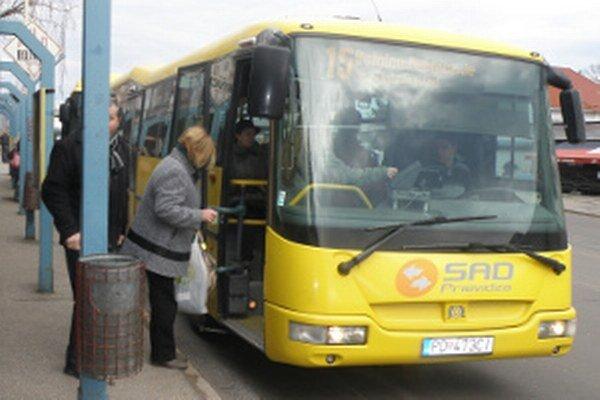 Cestujúci v MHD za lístky budú platiť asi ešte dlho.